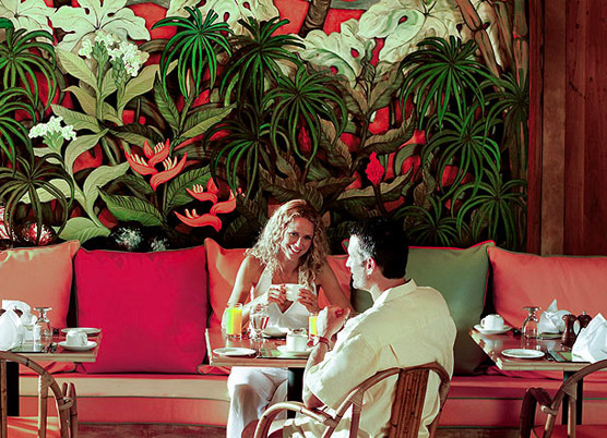 couple talking and having lunch at a cafe